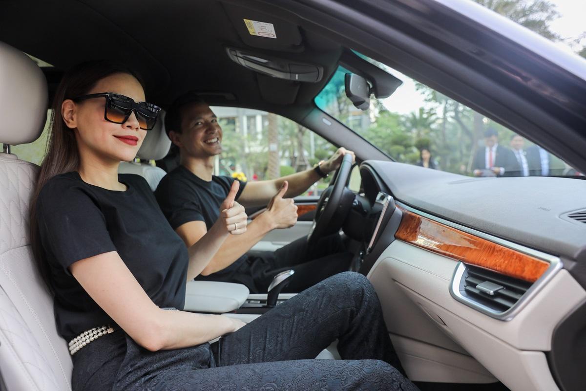 Ca sĩ Hồ Ngọc Hà và Kim Lý tậu xe Chủ tịch VinFast President 4,6 tỷ đồng