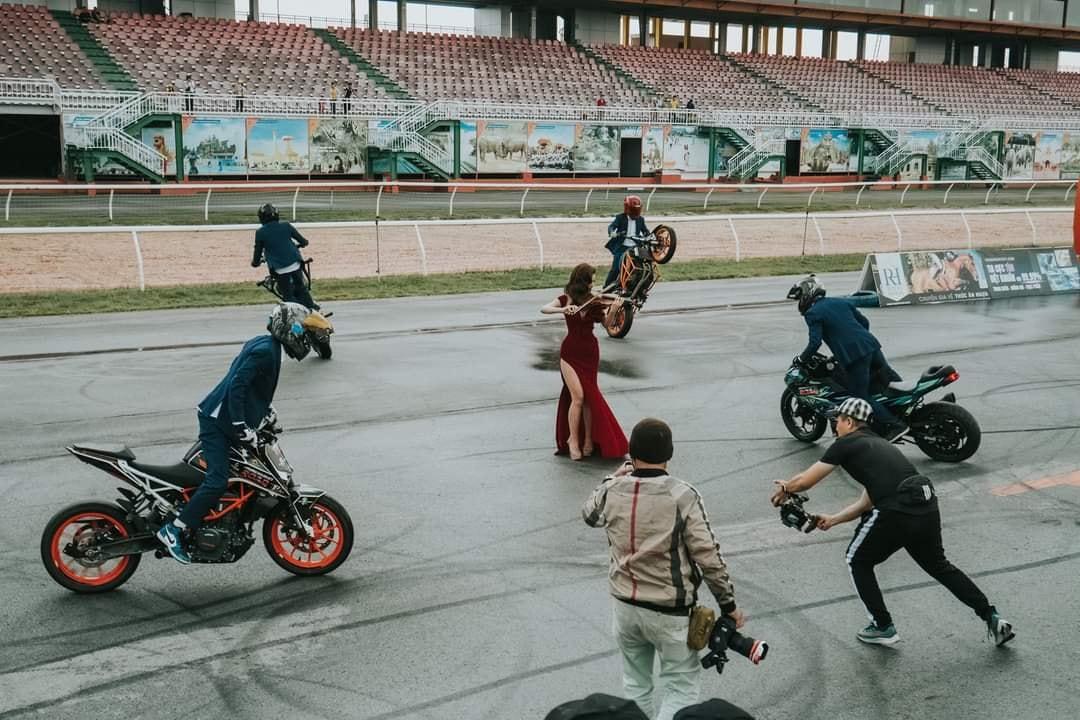 Đại gia Minh Nhựa cùng Ngọc nữ JoliPoli xuất hiện trong video của giải đua Awakening Road4
