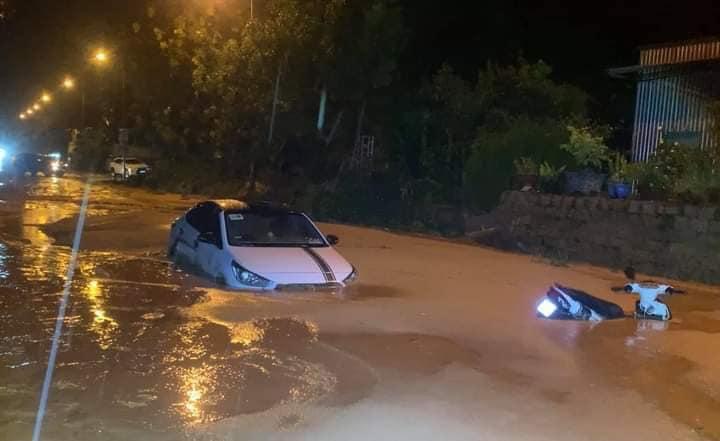 Nhiều xe bị chôn chân trong bùn đất tại dự án Gold Sand Hill Villa Mũi Né - TP Phan Thiết Xefun (8)546