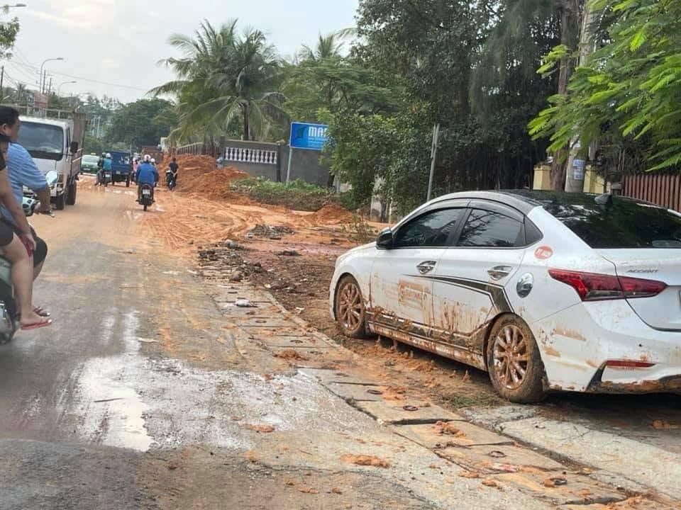 Nhiều xe bị chôn chân trong bùn đất tại dự án Gold Sand Hill Villa Mũi Né - TP Phan Thiết Xefun (3)3654765