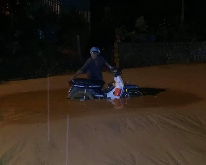 Nhiều xe bị chôn chân trong bùn đất tại dự án Gold Sand Hill Villa Mũi Né - TP Phan Thiết Xefun (8)6565