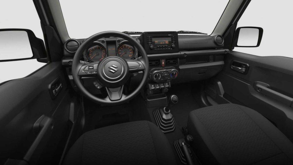 Bên trong, Jimny Lite có hệ thống điều hòa chỉnh cơ, hệ thống giải trí gồm đầu đĩa CD và radio, kết nối Bluetooth.